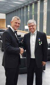 Alexander Romanenko, a FIABCI World Prix d'Excellence Bizottság elnöke (j) gratulált Kovács Attilának